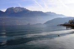 Τοπίο λιμνών του Annecy στη Γαλλία Στοκ Φωτογραφίες