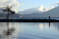 Τοπίο λιμνών του Annecy, χιόνι στα βουνά, κραμπολάχανο, Γαλλία στοκ φωτογραφία με δικαίωμα ελεύθερης χρήσης