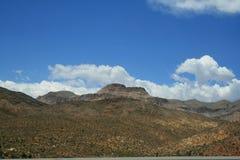 Τοπίο λόφων στη Νεβάδα Η έρημος φυτεύει μερικές βούρτσες στοκ φωτογραφία με δικαίωμα ελεύθερης χρήσης