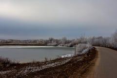 Τοπίο με έναν δρόμο και μια λίμνη Στοκ εικόνες με δικαίωμα ελεύθερης χρήσης