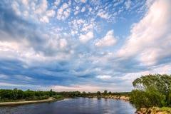 Τοπίο με έναν ποταμό και σύννεφα σε έναν μπλε ουρανό Στοκ εικόνες με δικαίωμα ελεύθερης χρήσης
