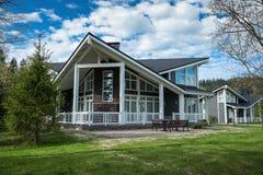 Τοπίο με ένα εξοχικό σπίτι στο πάρκο Στοκ εικόνες με δικαίωμα ελεύθερης χρήσης