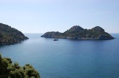 Τοπίο με ένα μικρό πράσινο σκάφος αναψυχής νησιών και στη θερμ. Στοκ Εικόνες
