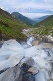 Τοπίο με ένα νεφελώδες πρωί ποταμών βουνών στοκ εικόνα