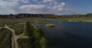 Τοπίο με μια άποψη του ποταμού και των βουνών απόθεμα βίντεο