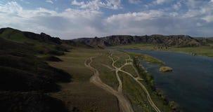 Τοπίο με μια άποψη του ποταμού και των βουνών φιλμ μικρού μήκους