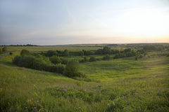 Τοπίο με μια πράσινη κοιλάδα κοντά σε ένα χωριό το καλοκαίρι Στοκ εικόνες με δικαίωμα ελεύθερης χρήσης