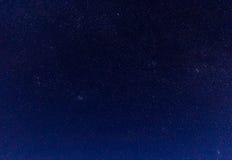 Τοπίο με τα βουνά και μπλε ουρανός στη χειμερινή νύχτα Στοκ Εικόνες