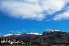 Τοπίο με τα βουνά και τα όμορφα σύννεφα Στοκ Φωτογραφίες