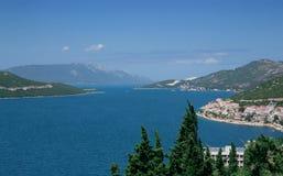 Τοπίο με τα βουνά και τη θάλασσα. Στοκ φωτογραφία με δικαίωμα ελεύθερης χρήσης