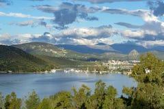 Τοπίο με τα μικρούς ελληνικούς νησιά και τους κόλπους στην Πελοπόννησο, Ελλάδα κοντά στην πόλη Nafplio, προορισμός θερινών διακοπ στοκ φωτογραφία με δικαίωμα ελεύθερης χρήσης