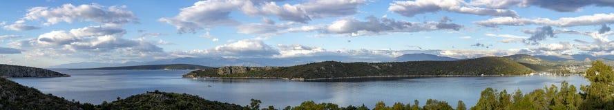 Τοπίο με τα μικρούς ελληνικούς νησιά και τους κόλπους στην Πελοπόννησο, Ελλάδα κοντά στην πόλη Nafplio, προορισμός θερινών διακοπ στοκ εικόνες με δικαίωμα ελεύθερης χρήσης