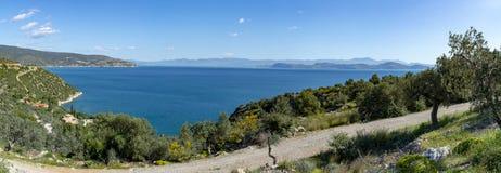 Τοπίο με τα μικρούς ελληνικούς νησιά και τους κόλπους στην Πελοπόννησο, Ελλάδα κοντά στην πόλη Arkadiko, προορισμός θερινών διακο στοκ εικόνα