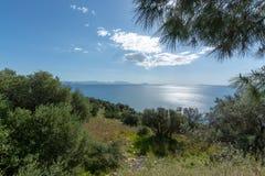 Τοπίο με τα μικρούς ελληνικούς νησιά και τους κόλπους στην Πελοπόννησο, Ελλάδα κοντά στην πόλη Arkadiko, προορισμός θερινών διακο στοκ φωτογραφία με δικαίωμα ελεύθερης χρήσης
