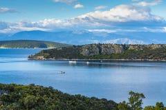 Τοπίο με τα μικρούς ελληνικούς νησιά και τους κόλπους στην Πελοπόννησο, Ελλάδα κοντά στην πόλη Nafplio, προορισμός θερινών διακοπ στοκ φωτογραφίες