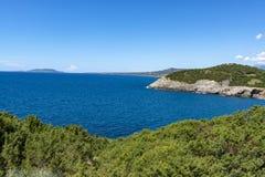 Τοπίο με τα μικρούς ελληνικούς νησιά και τους κόλπους Navarino στην Πελοπόννησο, Ελλάδα, προορισμός θερινών διακοπών, τουρισμός e στοκ εικόνα