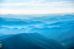 Τοπίο με τα μπλε βουνά Στοκ Εικόνα