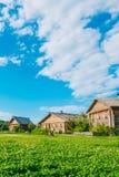 Τοπίο με τα ρωσικά ξύλινα σπίτια Επαρχία Στοκ φωτογραφία με δικαίωμα ελεύθερης χρήσης