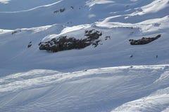 Τοπίο με τα χιονισμένα βουνά αιχμών, κλίσεις άποψης στο να κάνει σκι θέρετρο Elbrus, Καύκασος Στοκ φωτογραφία με δικαίωμα ελεύθερης χρήσης