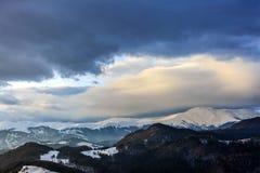 Τοπίο με τα χιονώδη βουνά κάτω από το νεφελώδη ουρανό Στοκ φωτογραφίες με δικαίωμα ελεύθερης χρήσης
