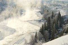 Τοπίο με την αντανάκλαση αιχμών βουνών στο νερό, ομίχλη πέρα από τη λίμνη Στοκ εικόνα με δικαίωμα ελεύθερης χρήσης