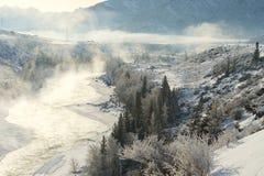 Τοπίο με την αντανάκλαση αιχμών βουνών στο νερό, ομίχλη πέρα από τη λίμνη Στοκ εικόνες με δικαίωμα ελεύθερης χρήσης