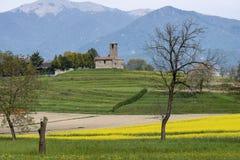 Τοπίο με την εκκλησία κοντά σε Garbagnate Monastero, Ιταλία στοκ φωτογραφία