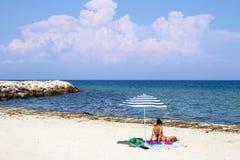 Τοπίο με την ομπρέλα στην παραλία Στοκ φωτογραφία με δικαίωμα ελεύθερης χρήσης