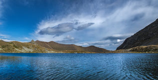 Τοπίο με τη λίμνη βουνών βόρειο ossetia ρωσικά βουνών ομοσπονδίας Καύκασου alania Στοκ εικόνες με δικαίωμα ελεύθερης χρήσης