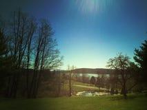 Τοπίο με τη λίμνη, τον ποταμό, τα βουνά και τα δέντρα Στοκ Φωτογραφία