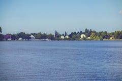 Τοπίο με τη λίμνη Buftea κοντά στο Βουκουρέστι στοκ εικόνες