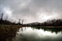 Τοπίο με τη misty ομίχλη πρωινού στη δασική λίμνη ή την όμορφη δασική λίμνη το πρωί στο χειμώνα Φύση του Αζερμπαϊτζάν Στοκ Εικόνα