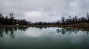 Τοπίο με τη misty ομίχλη πρωινού στη δασική λίμνη ή την όμορφη δασική λίμνη το πρωί στο χειμώνα Φύση του Αζερμπαϊτζάν Στοκ εικόνα με δικαίωμα ελεύθερης χρήσης