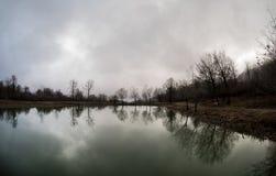 Τοπίο με τη misty ομίχλη πρωινού στη δασική λίμνη ή την όμορφη δασική λίμνη το πρωί στο χειμώνα Φύση του Αζερμπαϊτζάν Στοκ φωτογραφία με δικαίωμα ελεύθερης χρήσης