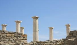 Τοπίο με τις αρχαίες ρωμαϊκές χρονικές στήλες σε Delos στην Ελλάδα Στοκ Φωτογραφία