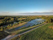 Τοπίο με τις εγκαταστάσεις ηλιακής ενέργειας στοκ εικόνες