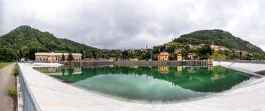 Τοπίο με τις εγκαταστάσεις υδροηλεκτρικής ενέργειας και λίμνη σε Ligonchio, Στοκ Φωτογραφίες