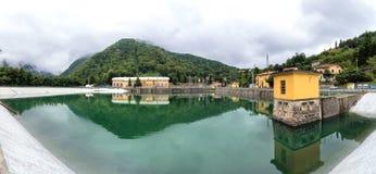 Τοπίο με τις εγκαταστάσεις υδροηλεκτρικής ενέργειας και λίμνη σε Ligonchio, Ιταλία Στοκ εικόνα με δικαίωμα ελεύθερης χρήσης