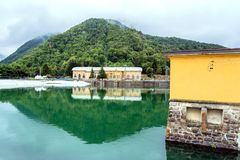 Τοπίο με τις εγκαταστάσεις υδροηλεκτρικής ενέργειας και λίμνη σε Ligonchio, Ιταλία Στοκ Φωτογραφίες