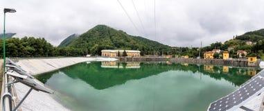 Τοπίο με τις εγκαταστάσεις υδροηλεκτρικής ενέργειας και λίμνη σε Ligonchio, Στοκ εικόνα με δικαίωμα ελεύθερης χρήσης