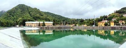 Τοπίο με τις εγκαταστάσεις υδροηλεκτρικής ενέργειας και λίμνη σε Ligonchio, Στοκ φωτογραφία με δικαίωμα ελεύθερης χρήσης