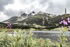 Τοπίο με τις πράσινες πεδιάδες και λίμνη στη χερσόνησο Καμτσάτκα, Ρωσία στοκ εικόνα