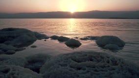 Τοπίο με τον ήλιο αύξησης στη νεκρή θάλασσα απόθεμα βίντεο