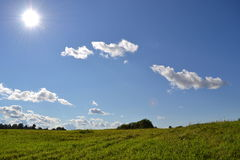 Τοπίο με τον ήλιο και τα σύννεφα Στοκ εικόνα με δικαίωμα ελεύθερης χρήσης