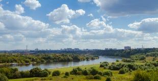 Τοπίο με τον ποταμό και τα σύννεφα Στοκ φωτογραφία με δικαίωμα ελεύθερης χρήσης