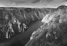 Τοπίο με τον ποταμό και τα δύσκολα βουνά Arribes del Duero SPA Στοκ εικόνες με δικαίωμα ελεύθερης χρήσης