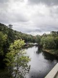 Τοπίο με τον ποταμό και τους ουρανούς στοκ εικόνα