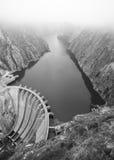 Τοπίο με τον ποταμό, τους απότομους βράχους και ένα φράγμα στην Ισπανία Στοκ Εικόνες