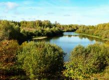 Τοπίο με τον τύπο στη λίμνη Στοκ φωτογραφίες με δικαίωμα ελεύθερης χρήσης