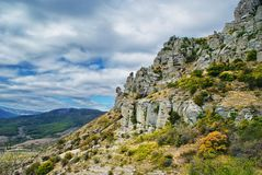 Τοπίο με τους φυσικούς βράχους στη βουνοπλαγιά Στοκ Φωτογραφία
